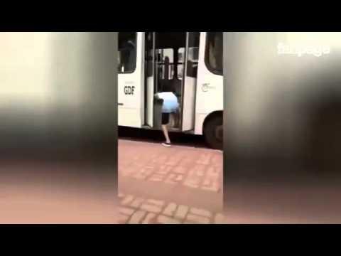 resta con il piede incastrato nella porta: guardate l'autista che fa !