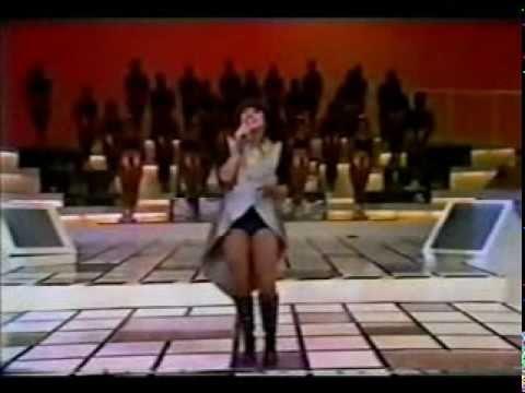 Mara Maravilha cantando os sucessos