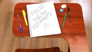 O sulfite e o giz de cera O desenho... A folha de almaço e o lápis As primeiras letras. O caderno e a caneta Palavras, textos,...
