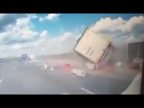 Śmiertelny wypadek na S8. Nagranie z wypadku w którym tir spadł z wiaduktu.