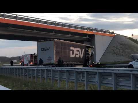 Wideo: Zderzenie dwóch tirów i osobówki na S3 przed Polkowicami