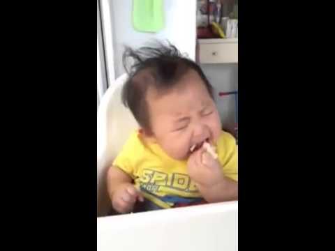 Em bé vừa ăn vừa ngủ gật
