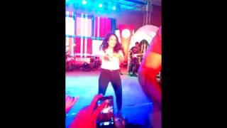 watch live performance of neha kakkar on mundeya te kudiya di gall ban gayi