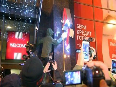 В Киеве попытались разгромить офис Альфа-Банка