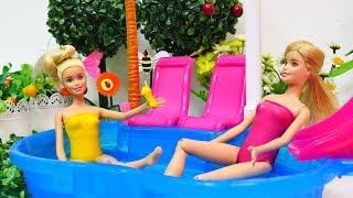 Jogos de meninas - Rotina das amigas em um dia de Piscina.Barbie em Português Brasil.Vídeos de brinquedos para meninas