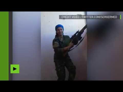 Une combattante kurde riant d'avoir échappé de peu à un sniper fait sensation sur internet