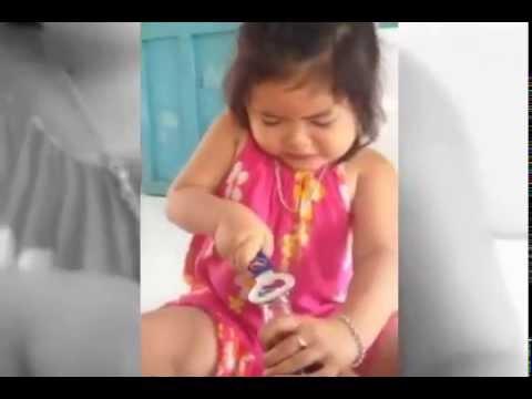Cô bé thích ăn đậu phộng thì phải, cứ kêu mãi =))