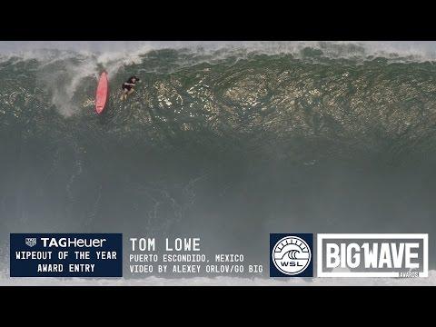 Tom Lowe inghiontito da un onda