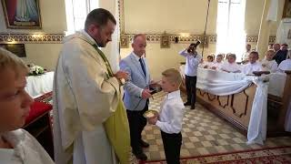 Ksiądz przyjmuje dar od dziecka słowami porażka jakaś