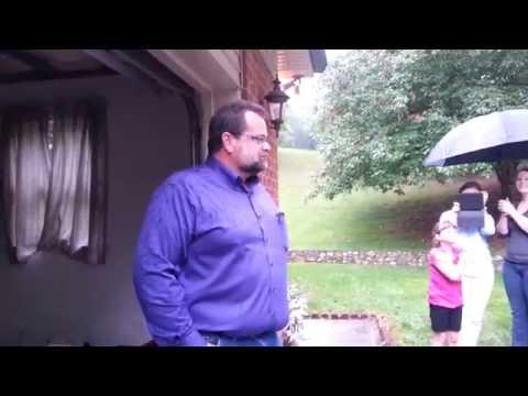 這位老爸為了支付女兒學費「咬牙賣掉自己的愛車」,直到21年後他在車庫竟然看到女兒準備的「不可能驚喜」!