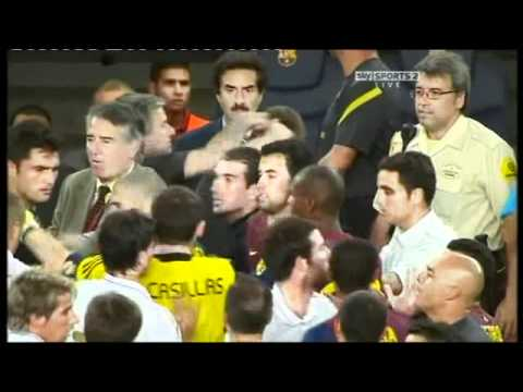José Mourinho pokes Tito Vilanova in the eye   Barcelona vs Real Madrid Supercopa de España 2011 (видео)