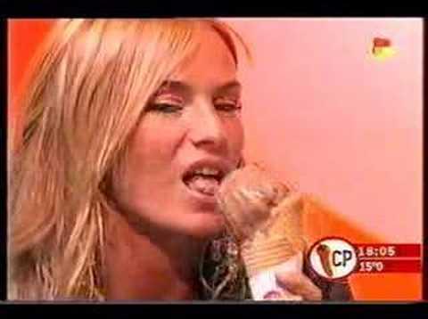 Sabrina Rojas chupando el helado