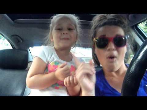 Anya és lánya tátog az autóban a Frozen filmzenére
