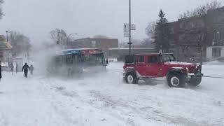 Kiedy próbujesz wyciągnąć autobus ze śniegu na lince holowniczej