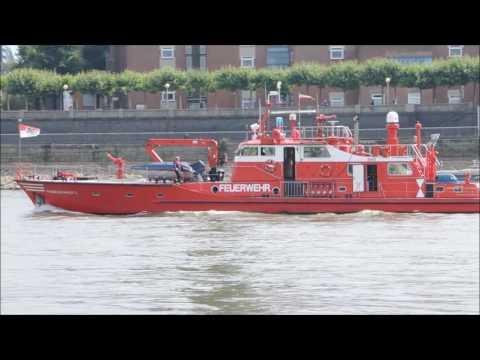 Feuerwehrlöschboot 2 Übung mit Rettungsring erfolgreich