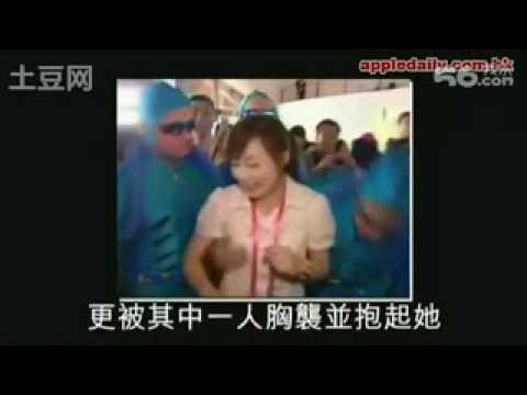 女主播採訪的時候,竟然被慘遭外國人襲胸!