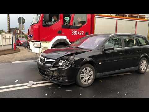 Wideo1: Zderzenie dwóch aut na skrzyżowaniu ulic Dekana i Sygietyńskiego w Lesznie