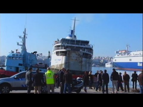 Απομακρύνθηκε από το λιμάνι του Πειραιά η «Παναγία Τήνου»