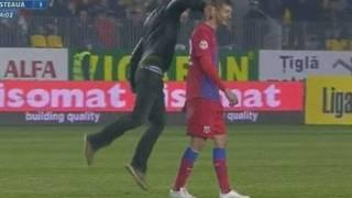 Cygan wbiega na boisko i zadaje honorowy cios zawodnikowi.