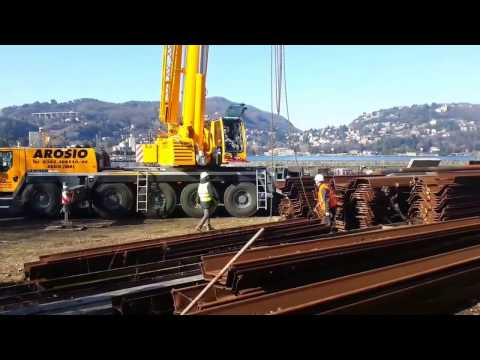 La grossa gru al cantiere delle paratie di Como: via la chiatta