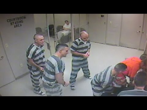 Wyłamali drzwi! Więźniowie uciekli z celi by uratować umierającego strażnika!