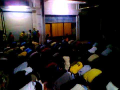 ثوار سوريا يسجدون لله .. شكراً على مقتل القذافي   0