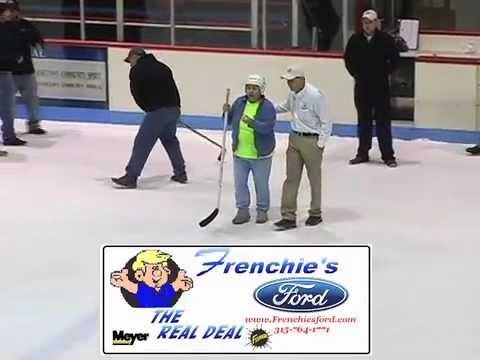一輩子沒打過冰球的老奶奶緩慢地走到場中央,接下來她不但讓全場瘋狂還贏走了超級大獎!