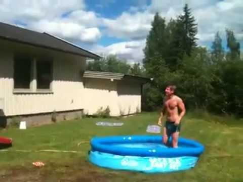 Norsk grabb dyker ifrån hustak