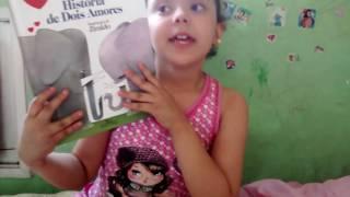 """Vídeo: Prosinhas Literárias - Laís fala sobre o livro """"História de Dois Amores"""", de Carlos"""