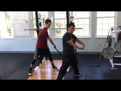 腕の可動域を改善!一人でできる三頭筋・広背筋のバンドストレッチ