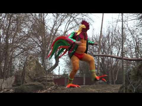 Директор зоопарку в Одесі повеселив новорічною піснею в костюмі півня [ВІДЕО]