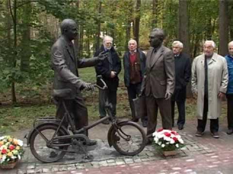 Памятник Б.М. Понтекорво и В.П. Джелепову в Дубне