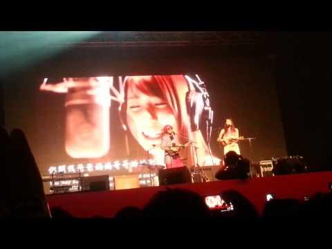 四叶草现场演唱Malaysia Chabor紧张忘词,搞怪歌声差很大?(视频)