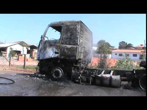 caminhão pegando fogo em corumbatai 11