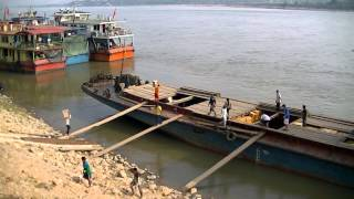 Chiang Saen Thailand  City pictures : Small freighter being loaded in Chiang Saen, Thailand