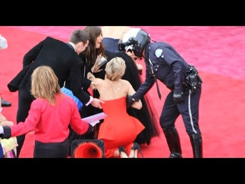 lawrence - Jennifer Lawrence Trips At Oscars 2014 + Funniest Moments! (MASHUP) Subscribe to Hollywire | http://bit.ly/Sub2HotMinute Send Chelsea a Tweet! | http://bit.l...