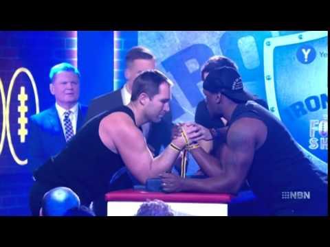 澳洲球星參加掰手腕比賽手臂卻「喀」一聲被掰斷…看完後今生今世都不要再跟人比賽掰手腕了。