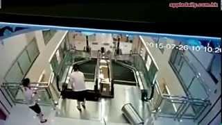 Chine. Elle se fait happer par un escalator après avoir sauvé son fils