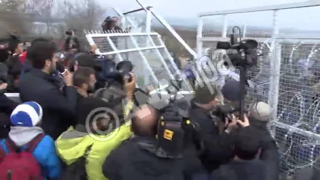 Έριξαν την σιδερένια πόρτα της περίφραξης οι πρόσφυγες