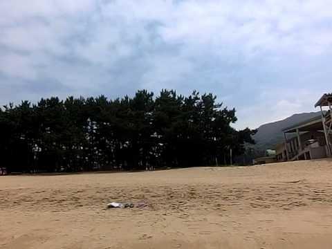 南島原市加津佐町の前浜海水浴場で泳いでいる?遊んでいる?様子です。
