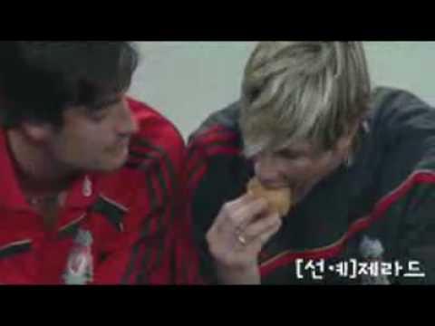 Fernando Torres vs Albert Riera - Fight For Food [HD] (видео)