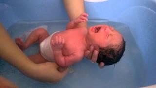 Tắm Cho Trẻ Sơ Sinh Trong Mùa Hè | Baby TV