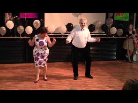 Chwycił swoją żonę za rękę do tańca. Po chwili wykonali ruch, który postawił całą salę na nogi!