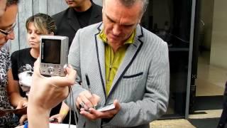 Morrissey deixando o hotel em São Paulo.