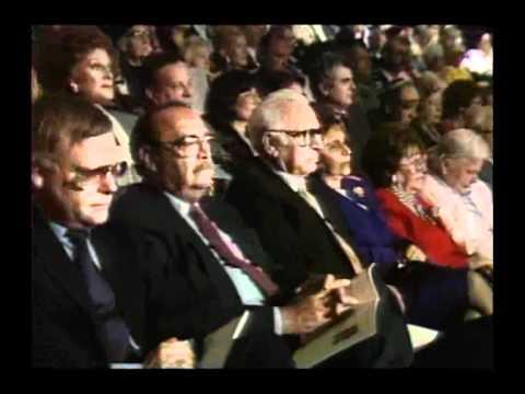 צבי יעבץ מקבל את פרס ישראל בשנת 1990