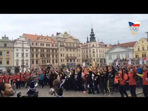 Celé náměstí tančí s Olym