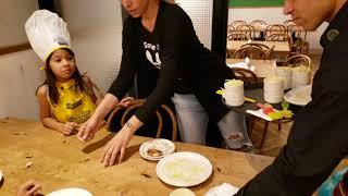 Kinoplex - As Crianças fazendo pizza no Restaurante  Abbraccio cocina Italiana no Park Shopping Brasília