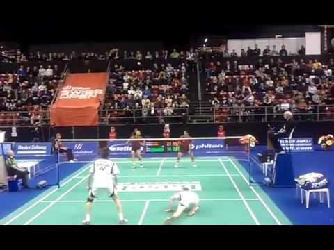 隔著螢幕看也熱血沸騰的史上最刺激羽毛球比賽,戰到最後球員連跪著都還在打!
