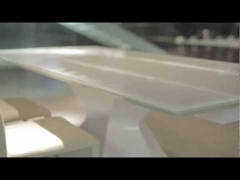 Con Prora basta un semplice gesto per rendere il tavolo Bonaldo più lungo e accogliente: sia il piano che le prolunghe laterali sono disponibili in varie finiture di cristallo.