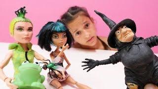 Monster High bebeği Cleo aynadan kendine bakıyor ve çok mutlu olmuş kendisini çok güzel sanıyor. Kötü cadı bunu duydu ve Cleo için iksir yaptı! Cleo'yu ...